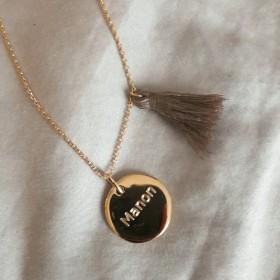 Sautoir médaille dorée bombée personnalisé Pompon